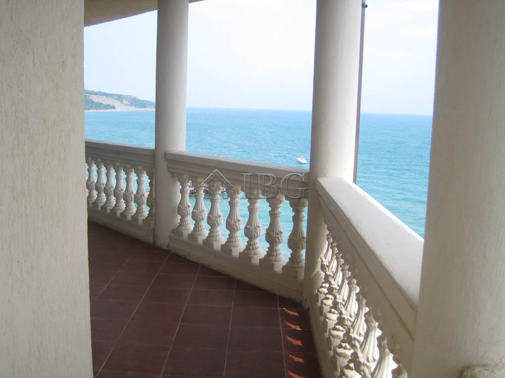 Beachfront 1-bedroom apartment with sea view in Atrium, Elenite
