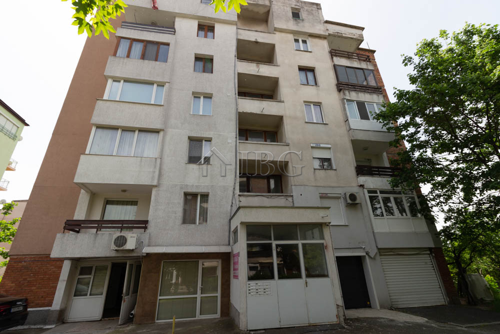 Spacious 2/3 bedroom apartment with garage For sale in Nessebar. No maintenance fee!