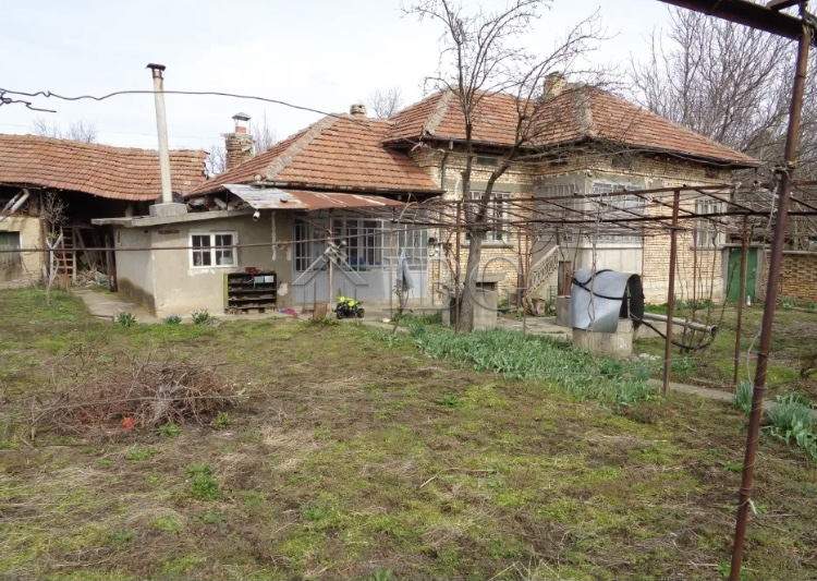 Cozy 2-Bedroom rural house with outbuildings and garage near Polski Trambesh