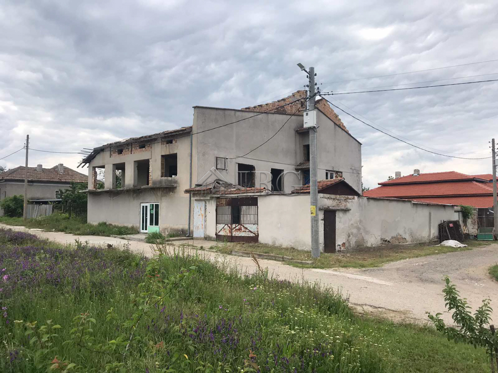 Massive house with land and business potential, town of Vetovo, 35 km from Ruse