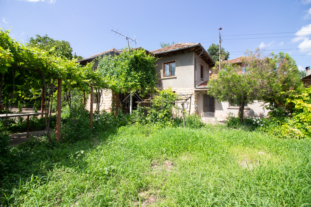 Nice house with 4 bedrooms and garage near Ruse city
